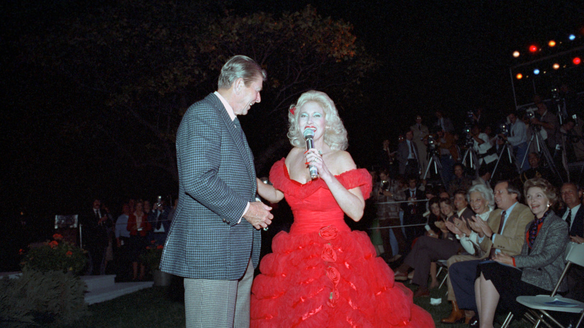 Tammy Wynette singing to President Ronald Reagan during a barbecue for members of Congress on the South Lawn in 1982.