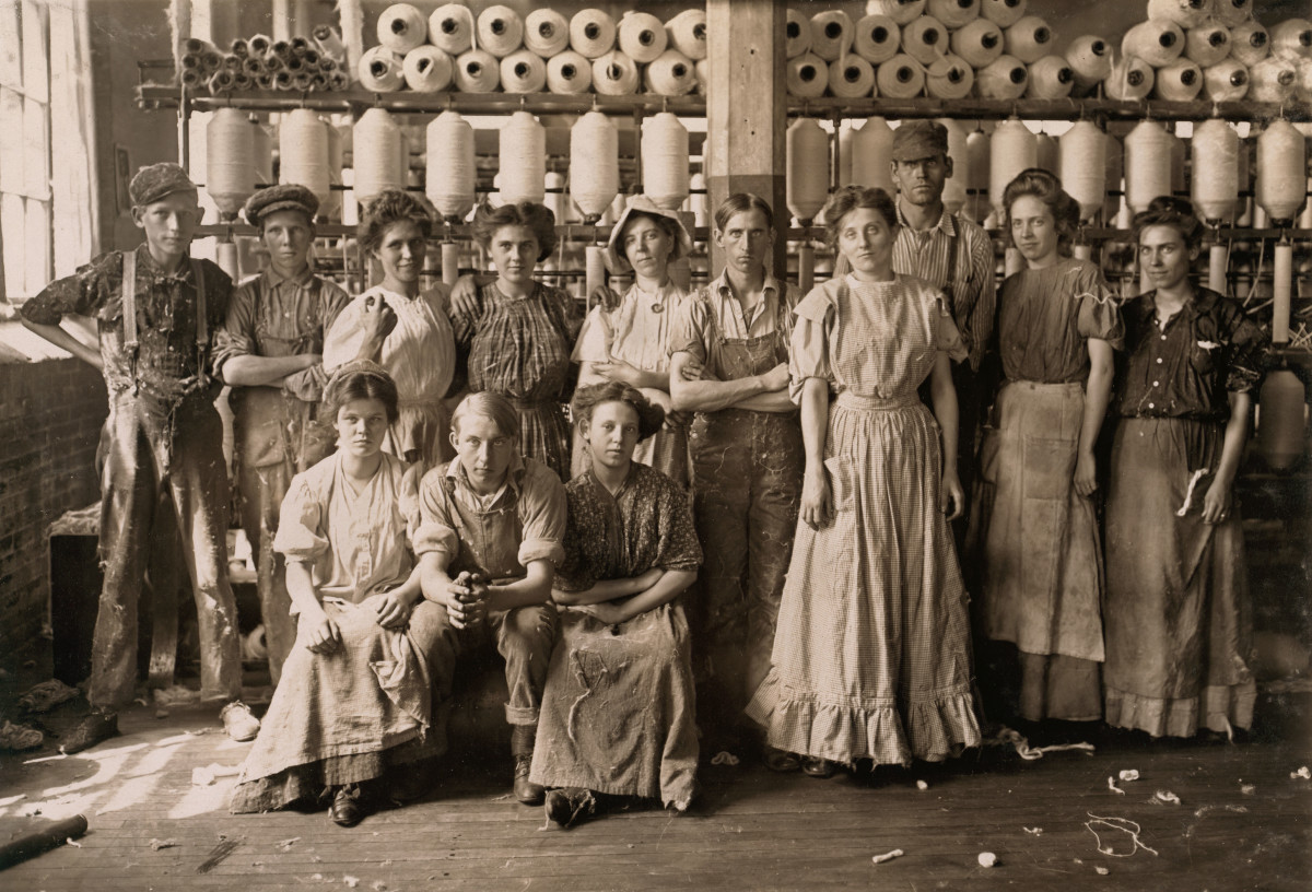 Cotton mill workers from Indianapolis, circa 1908.