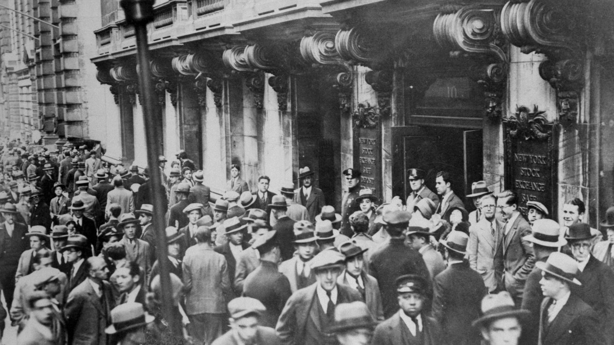 People gathering in front of the New York Stock Exchange on October 29, 1929, checking the hysterical shrinkage of stock market prices.