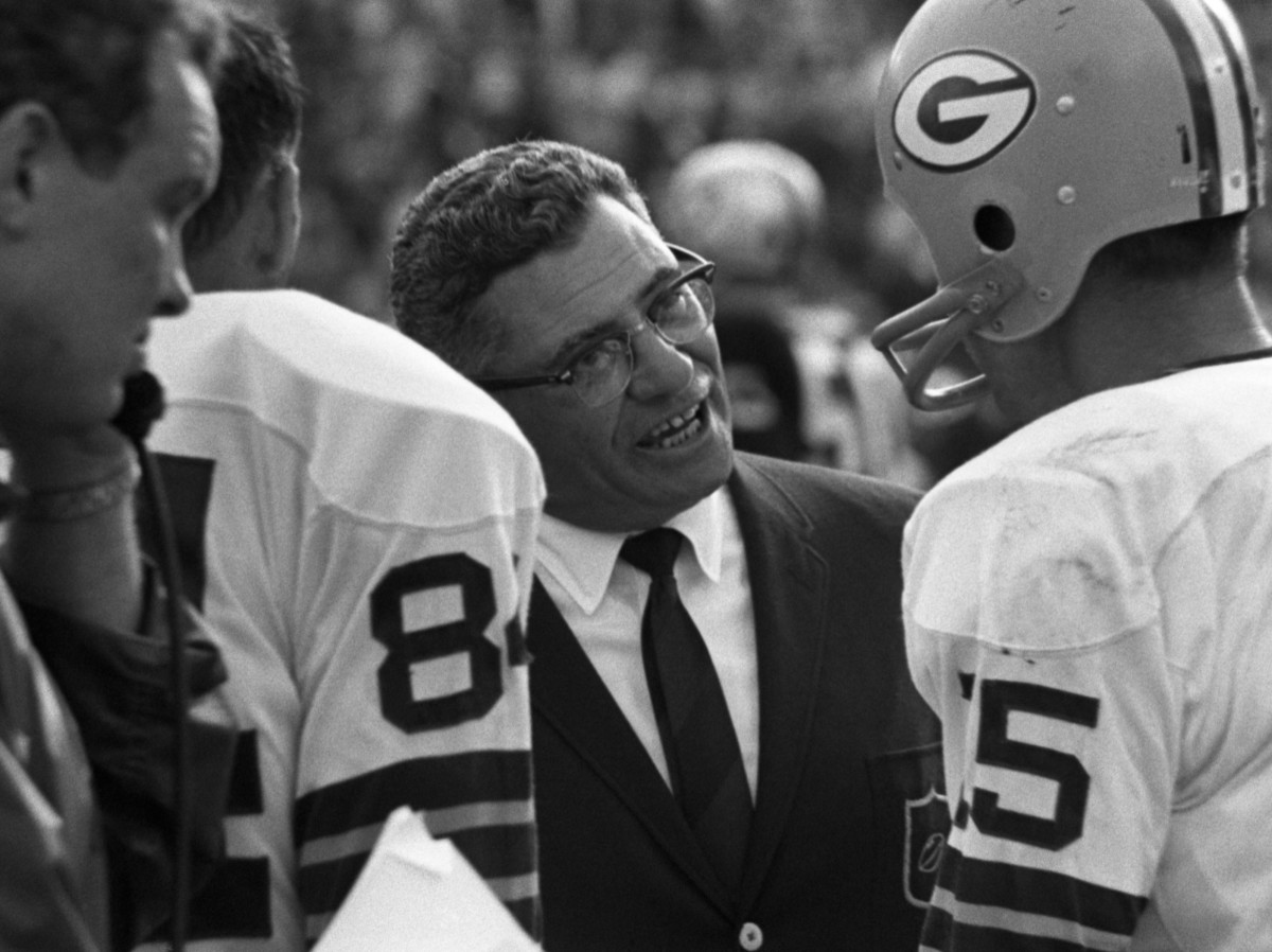 MIAMI, FL - JANUARY 14, 1968: Head coach Vince Lombardi of the Green Bay Packers talks with quarterback Bart Starr #15 during Super Bowl II on January 14, 1968 against the Oakland Raiders at the Orange Bowl in Miami, Florida. The Packers beat the Raiders, 33-14. 19680114-FR-142 1968 Kidwiler Collection/Diamond Images